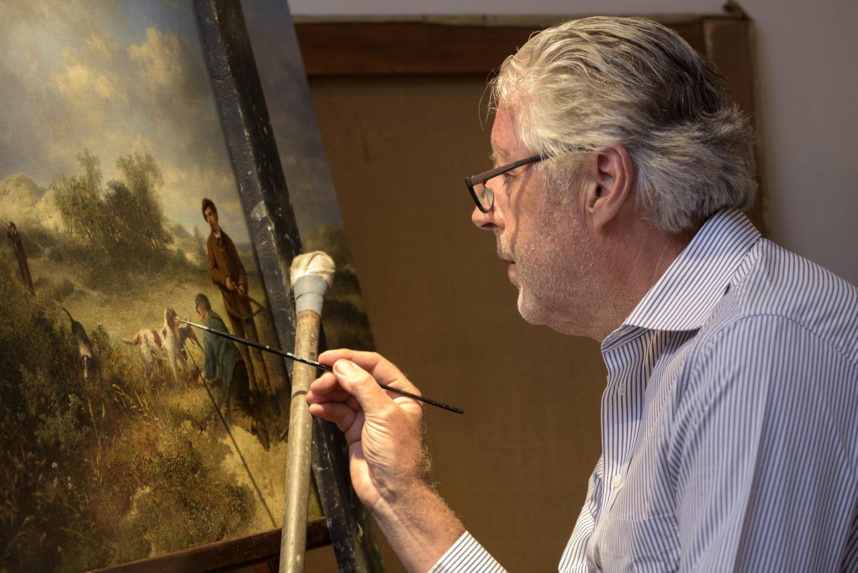 Restauratie | Hans Bies bezig met de restauratie van een schilderij